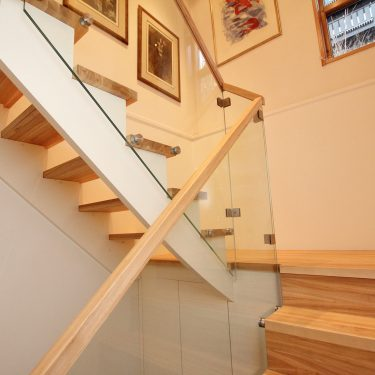 trapp-eik-langstav-boltet-glass-lagring-under-trapp-1